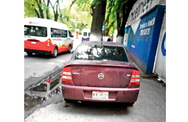 Banquetas son usadas como estacionamiento