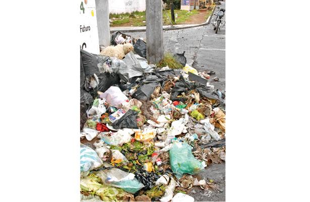 Tiran 54 toneladas de basura en la vía pública