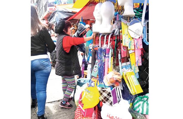 Ambulantes venden productos de temporada