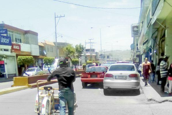 Automóviles en doble fila generan caos vial y conflictos