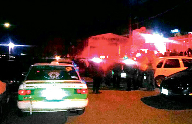 Taxistas buscan y capturan a probable asaltante