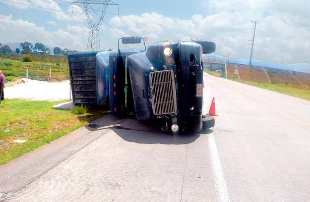 Aparatosa volcadura de camión  en libramiento de autopista