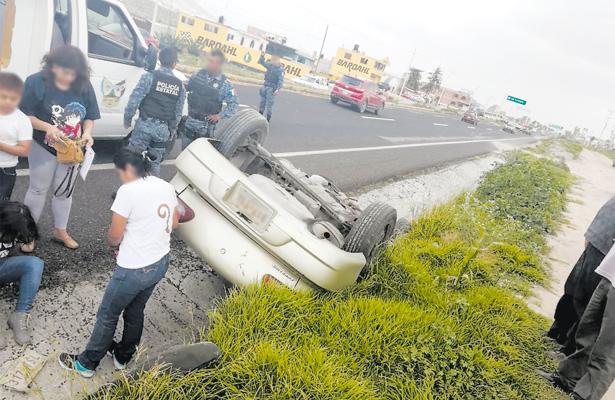 Vuelca automóvil en la vía Pachuca-Actopan