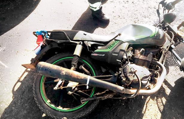 Desigual choque entre motocicleta y automóvil