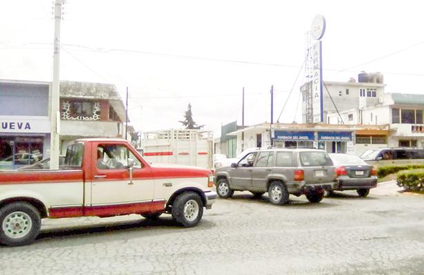Tianguis provoca caos vial en el centro de Cuautepec