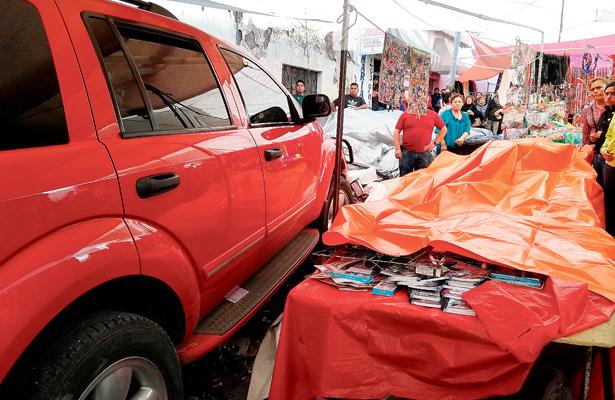 Camioneta arrasó con puestos del tradicional Plaza de Jueves