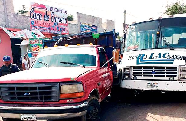 Colisión entre camioneta y microbús