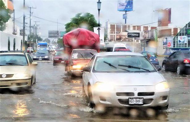 Bulevar Matamoros, inundado; provoca quejas entre automovilistas