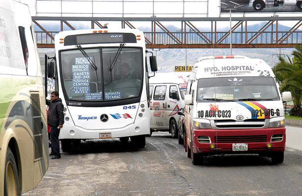 Autobuses usan como paradero al acotamiento de la México -Tuxpan