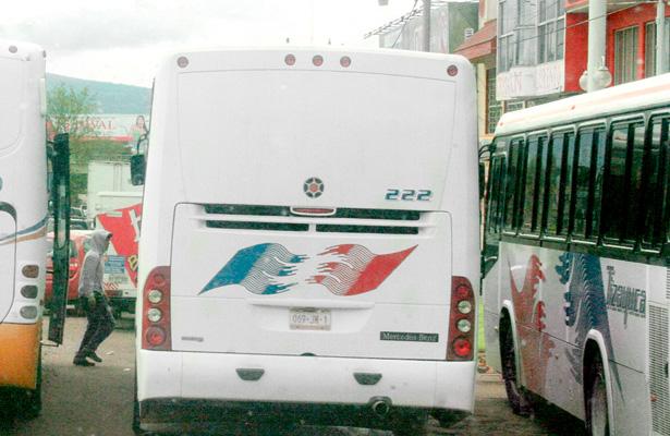 Juegan carreritas para ganarse a los pasajeros