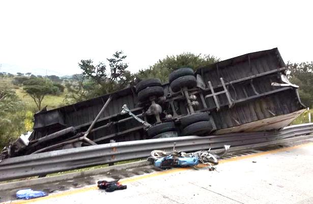 Motociclista muere arrollado por un tráiler en la autopista México-Querétaro