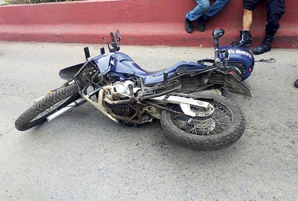 Motopatrullero sufre aparatoso accidente