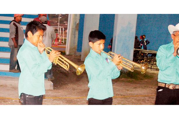 Con la música en las venas, ejecutan los instrumentos