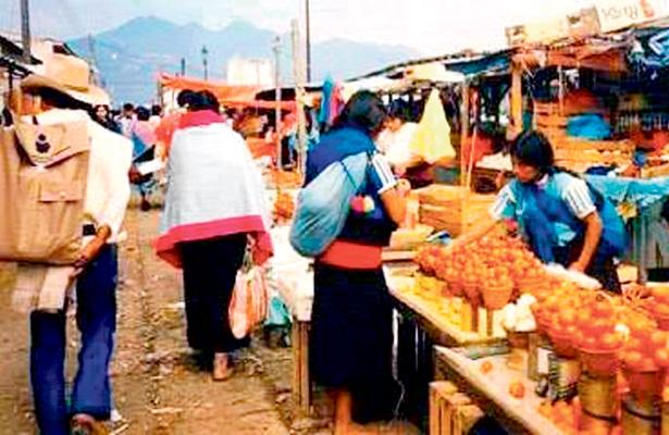 Rebozo, tradicional prenda que prevalece en la región Otomí-Tepehua