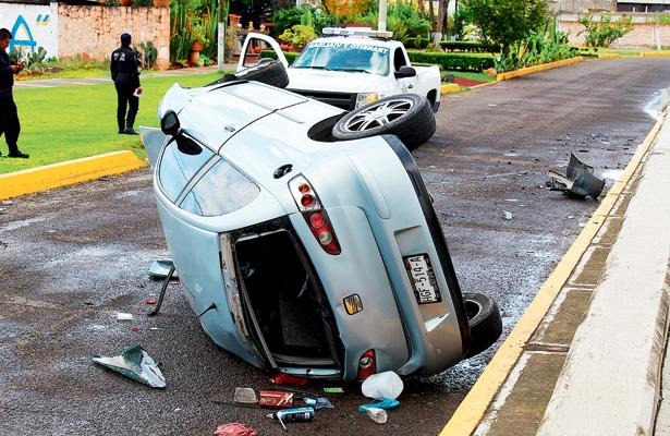 Vehículo cayó desde el puente de la glorieta Miguel Hidalgo