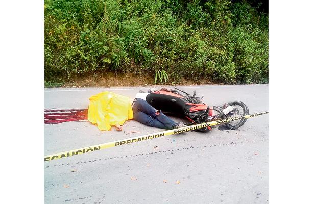 Motociclista arrollado por auto fallece en el instante