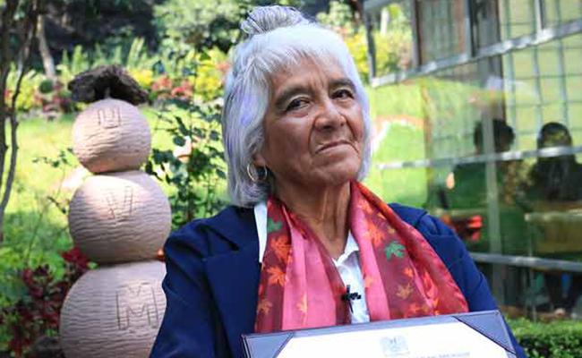 Con 80 años de edad, mexicana logra su tercer título universitario