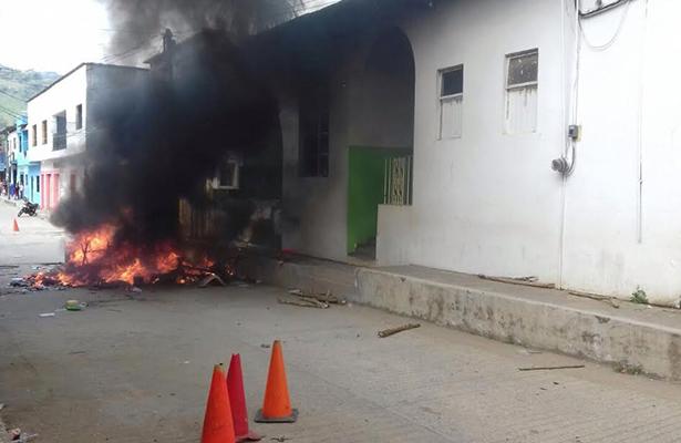 Habitantes de Tecpatán destruyen  y queman mobiliario de la alcaldía