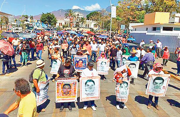 Marchan en  Oaxaca padres de los 43 normalistas