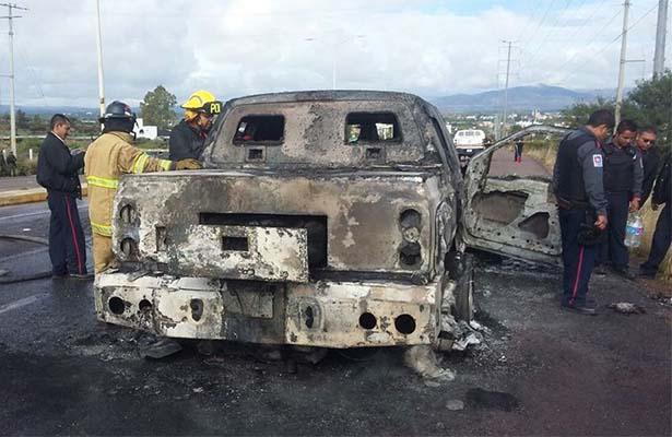 Se incendia camioneta de valores con 4.5 mdp