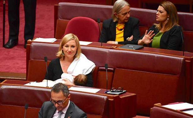 Senadora australiana se convierte en la primera en amamantar durante sesión