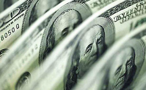 Se cotiza el dólar en 18.60 pesos en promedio en la terminal aérea capitalina