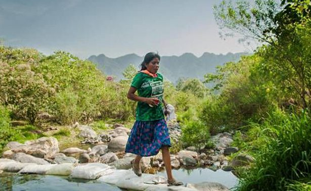 Con falda y huaraches, mujer tarahumara gana ultramaratón en Puebla