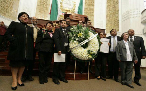 Con corona fúnebre, Morena protesta en la ALDF