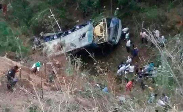 Suman 18 víctimas tras volcadura de autobús en Chiapas