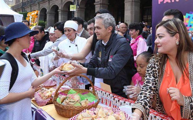 Así fue la tradicional entrega de pan de muerto en el Zócalo