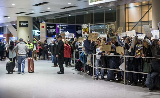 Agentes migratorios pedirían a viajeros lista de contactosy redes sociales