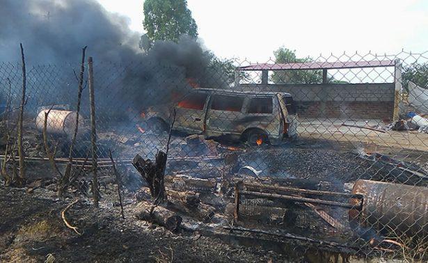 Arde auto con bidones de combustible en Guanajuato