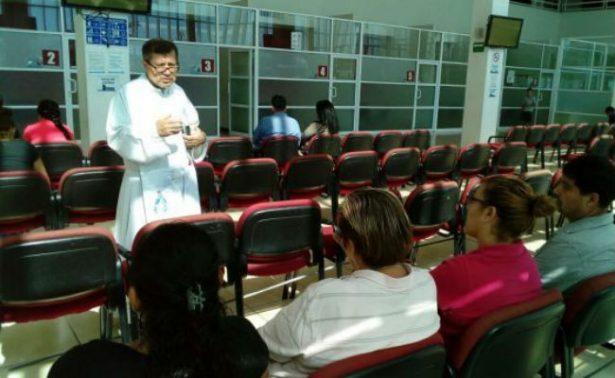 Video: Sacerdote rompe conjuro en Fiscalía de Chihuahua