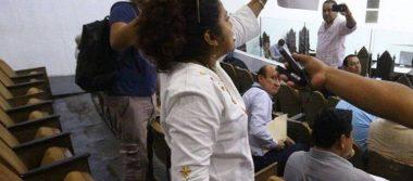 Maestra irrumpe sesión en Congreso de Tabasco