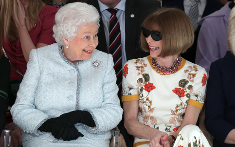La reina Isabel asiste por primera vez a un desfile de modas