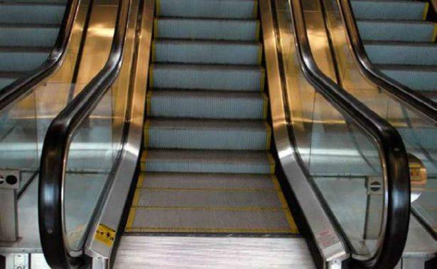 Bebé cae de escaleras eléctricas de un centro comercial