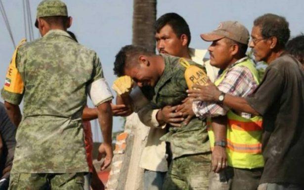 El soldado que lloró en el sismo no murió en emboscada… se trata de fake news