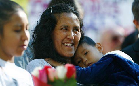 """Migrante mexicana abandona iglesia """"santuario"""" al aplazarse su deportación"""