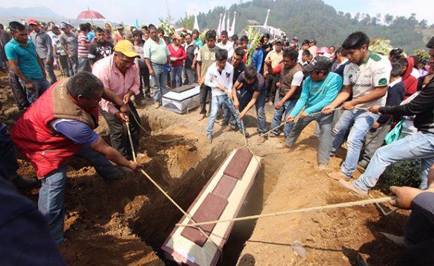 Sepultan a los 14 muertos en explosión en Chilchotla
