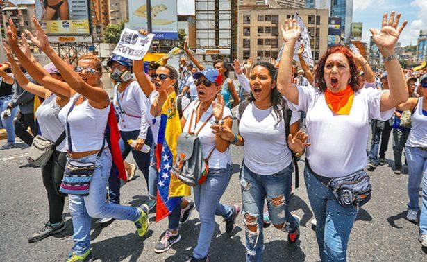 Mujeres protestan contra la represión