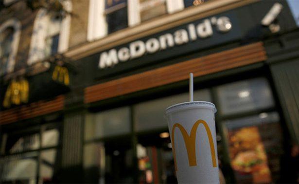 "Empleada de McDonald's arroja agua hirviendo a niño que ""molestaba clientes"""