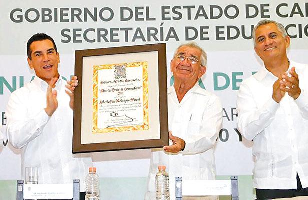 Preside Moreno Cárdenas ceremonia del Día del Maestro en Campeche