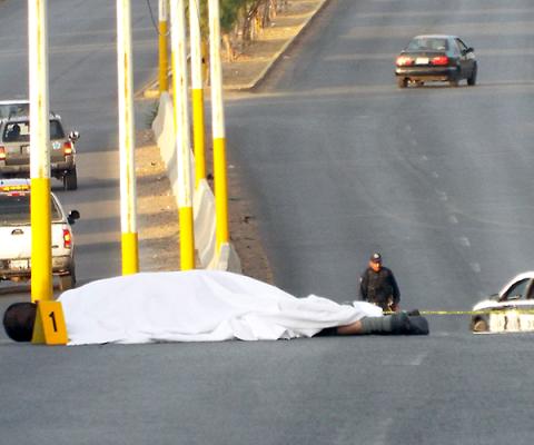 Embiste camioneta a motociclista y le causa la muerte