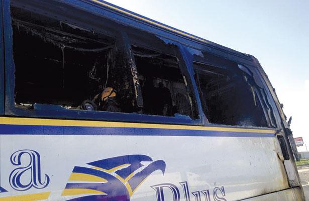 Se salvan en incendio de autobús