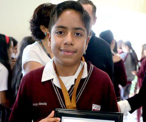 Reconocen a alumno que participó en la olimpiada de matemáticas