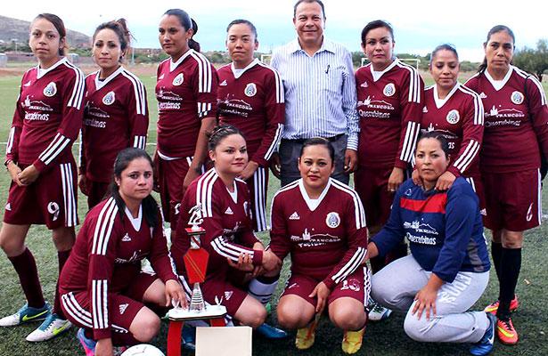 Premian a campeonas del futbol de Trancoso