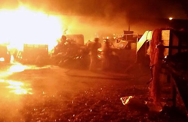 Fuego acaba con vehículos y forraje