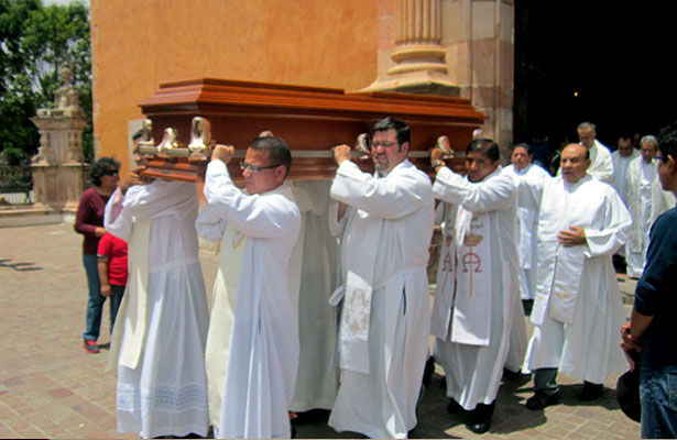 Emotiva despedida al padre Esteban Torres