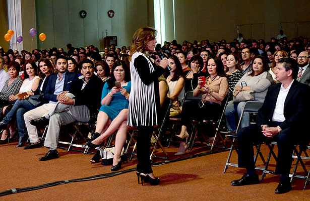 Fernanda Familiar invita al éxito con valores