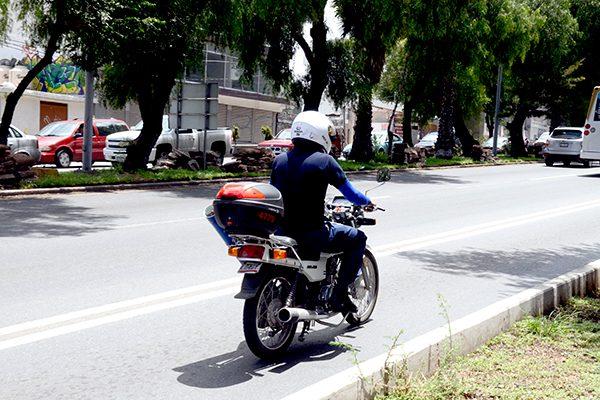 Motorepartidores de comida a curso vial